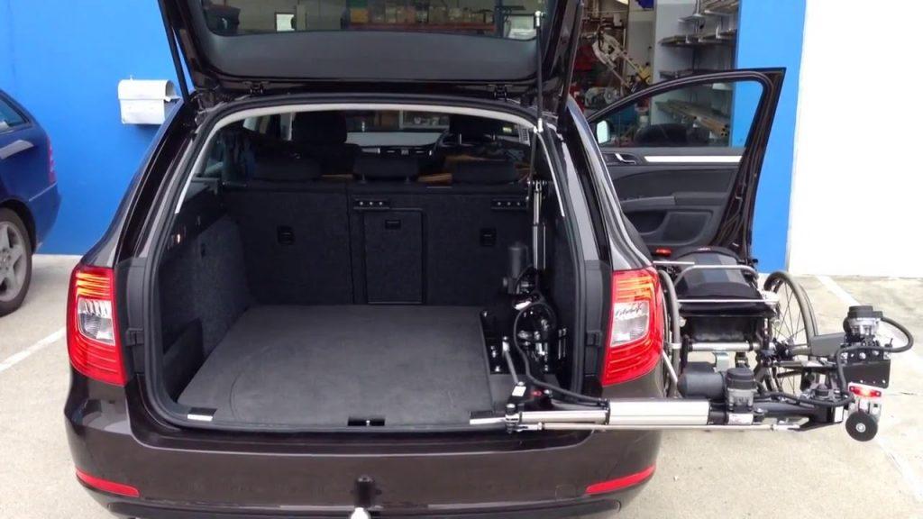 Diapo 3 : Une voiture vu de derrière avec le dispositif sur la droite. On voit également le coffre ouvert vite