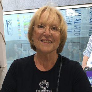 Portait de Franciane Pellet, une femme de 70 ans, blond avec des lunettes et un tshirt noir