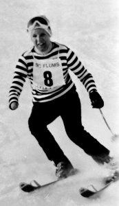 Franciane Pellet avec le dossard numéro 8 lors d'une compétition de ski