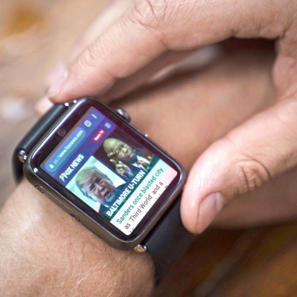 Diapo 4 : Montre M-line sur le bras d'une personne qui navigue sur Internet