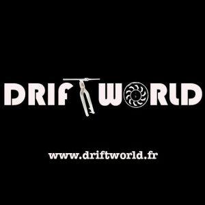 Logo de Driftworld écrit en blanc sur fond noir avec le T en forme de guidon et le O en roue