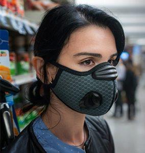 Masque rafraichissant Breeze, une femme brune dans un super marché avec le masque