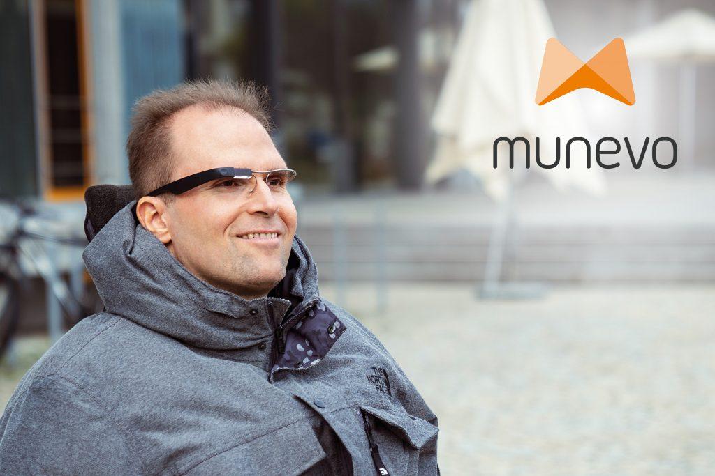 Diapo 4 : Un utilisateur de Munevo drive vu de plus loin avec un logo de Munevo en haut à droite