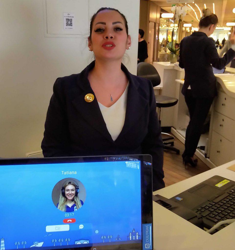 Diapo 5 : Photo d'une femme à l'accueil qui parle à une personne utilisant Ouispeak