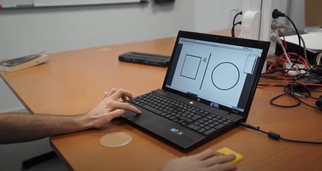 Diapo 3 : Une personne utilisant tactos avec un ordinateur et la barrette Braille