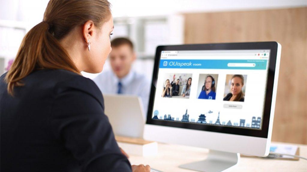 Diapo 3 : Une femme devant son ordinateur avec OUIspeak sur l'écran de l'ordinateur