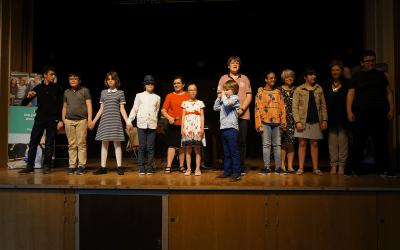 Diapo 4 : Enfants en situation de handicap sur une scène de théâtre