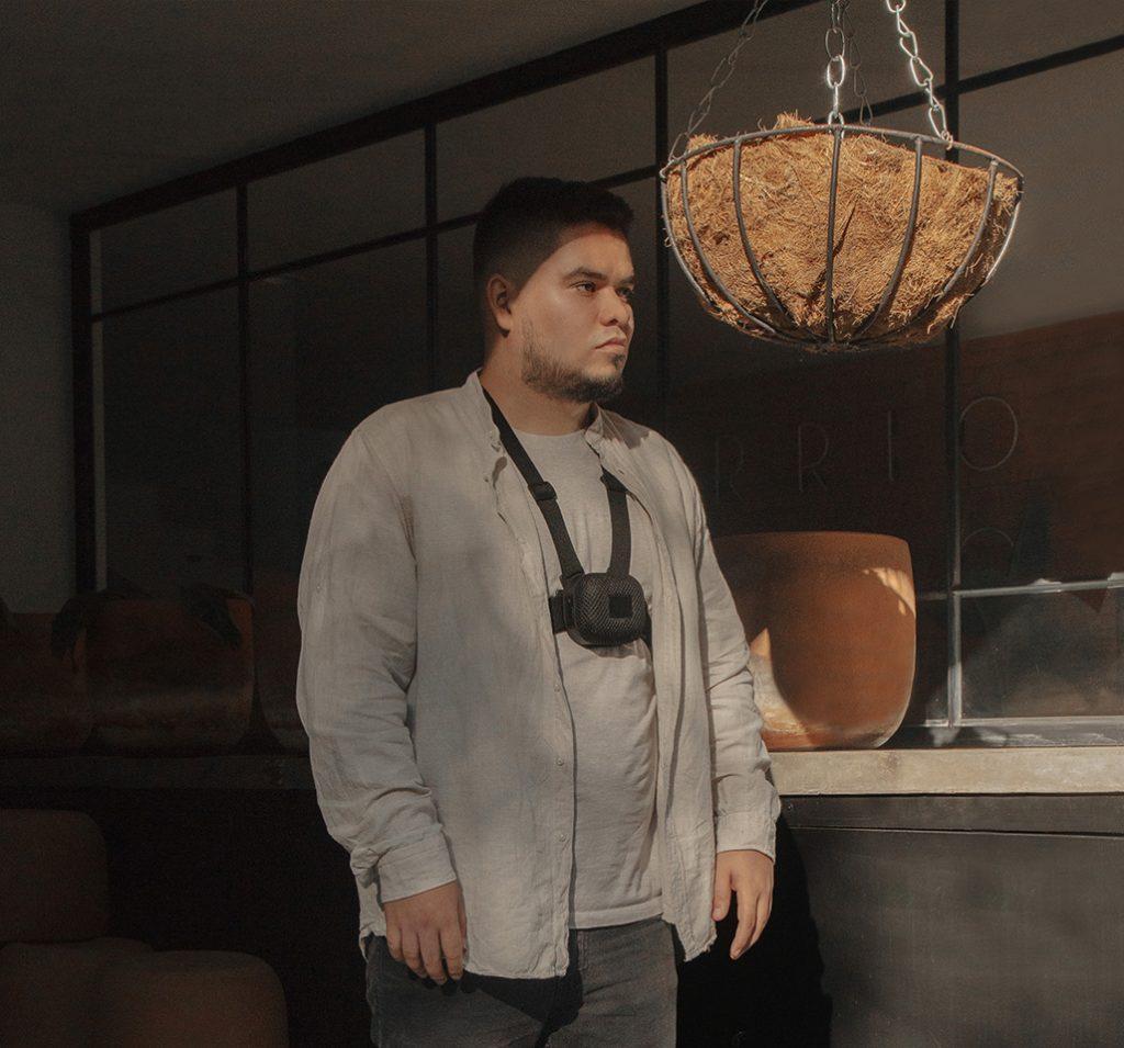 Diapo 4 : Une personne masculine et brune avec la technologie strap et un veste grise.