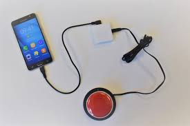 Diapo 3 : Un smartphone avec le boitier de Mouse4all et un contacter rouge sur une table blanche