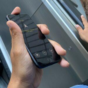 Personne ayant un téléphone dans les mains qui lui indique la direction à prendre