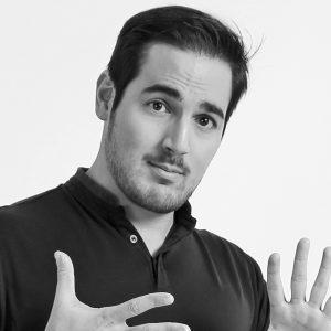 Portrait de David Ohana en noir et blanc, il signe également avec ces mains