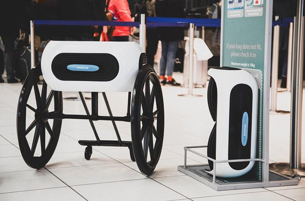 Diapo 2 : Le fauteuil Revolve Air dans sa forme ouverte à gauche, et dans sa forme pliée de la taille d'un bagage à main à droite