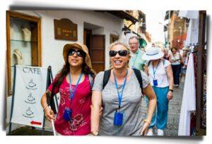 Photo de deux femmes malvoyantes ou aveugles en vacances