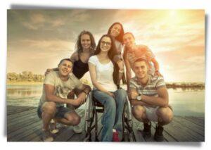 Photo avec 5 personnes en vacances dont une femme en fauteuil roulant
