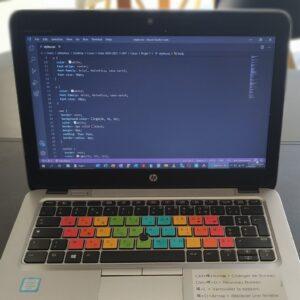 Ordinateur avec les gommettes de la marque R2Dtooldys collés sur les touches du clavier