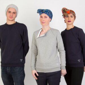 Image de trois personnes portant le pull et le turban de la marque Hôp'tisoins