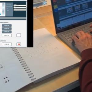 Image d'un cahier avec des écritures en braille, avec à côté un homme sur un ordinateur comportant le logiciel KeyBraille