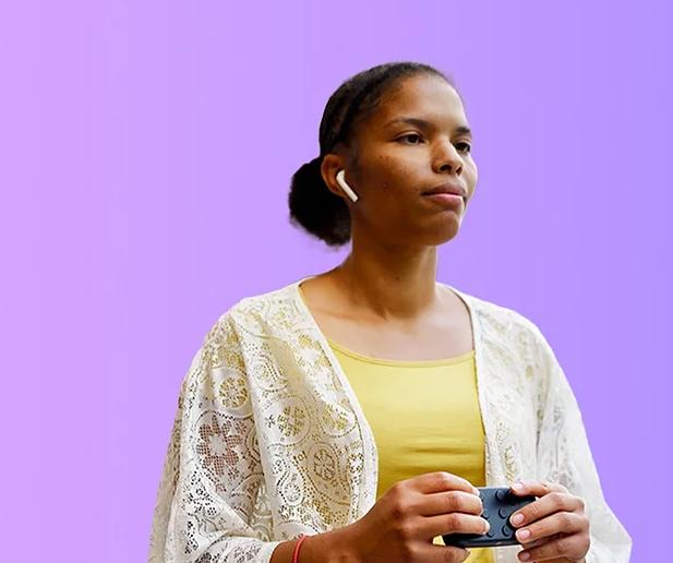 Diapo 3 : Photo d'une femme déficiente visuelle qui utilise le Hable One