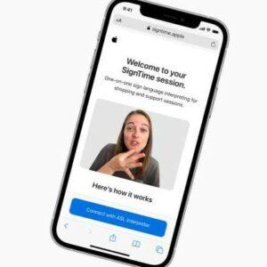 Image de SignTime sur un smartphone où l'on voit une femme traduire en langue des signes
