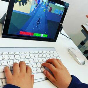 Enfant qui joue à Dactylo Run sur un ordinateur