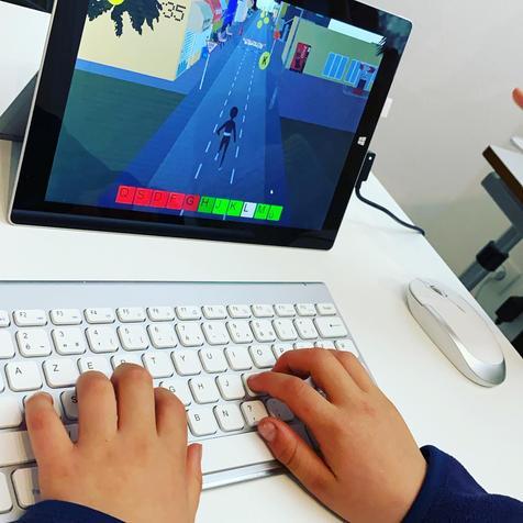 Diapo 2 : Enfant qui joue à Dactylo Run sur un ordinateur