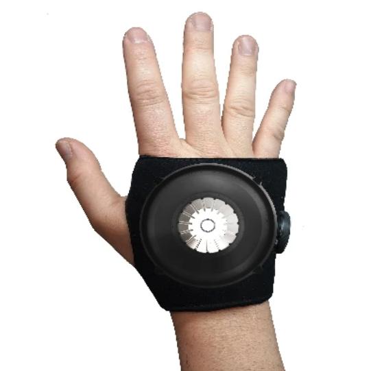 Diapo 6 : Un main sur un fond blanc portant le dispositif Steadi-Two !