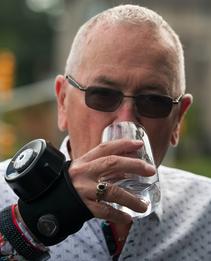Diapo 5 : Un homme âgé avec un verre portant le Steadi Two